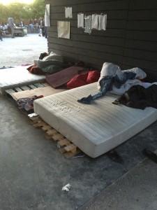 Lits de fortune Camp des migrants du Jardin d'Eole