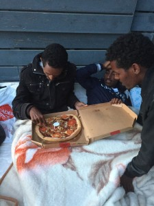 Migrants érythréens avec pizzas Paris 19