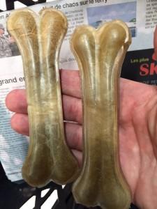Des os en peau de buffle pour la chienne de Steve